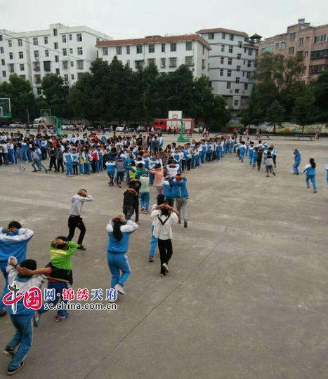 南江县长赤镇龙池学校举行消防逃生疏散演练