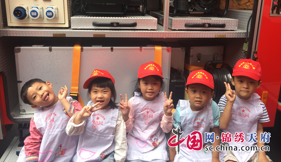 """安居消防举行警营开放活动 幼儿园萌娃过了把""""消防瘾"""""""