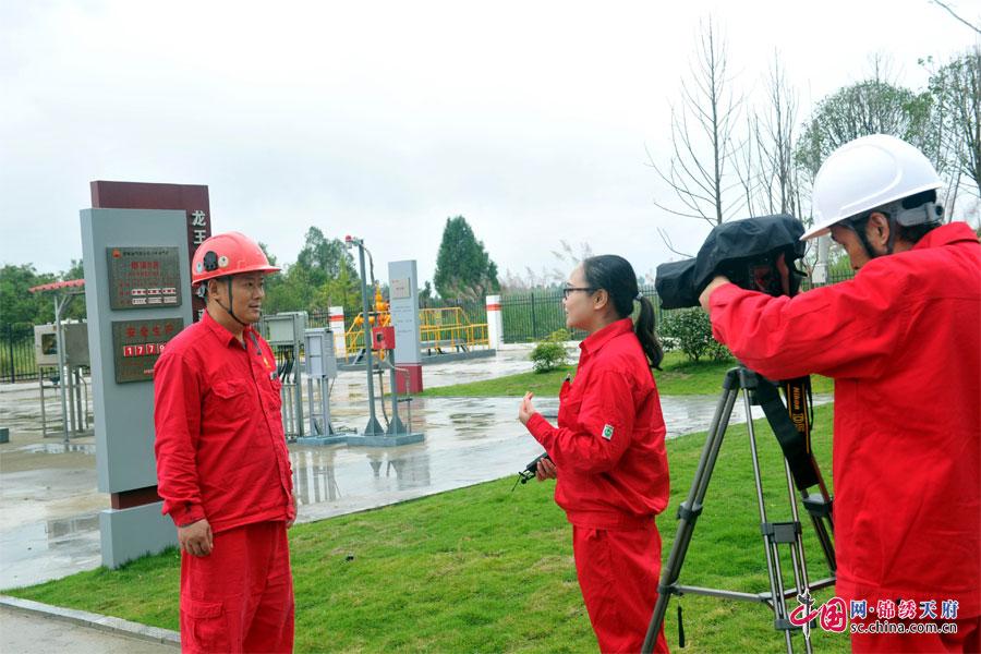 喜庆党的十九大 川中油气矿新闻中心全体记者走基层、到一线采访