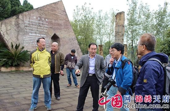 中科院地质学家考察射洪县硅化木国家地质公园