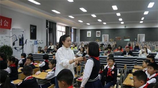 成都花园(国际)小学召开减负提质研讨会