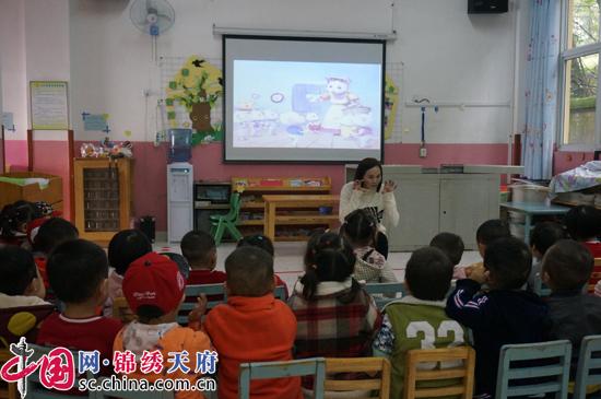 """成都新津县永商镇中心幼儿园开展""""爸爸妈妈进课堂讲故事""""活动"""