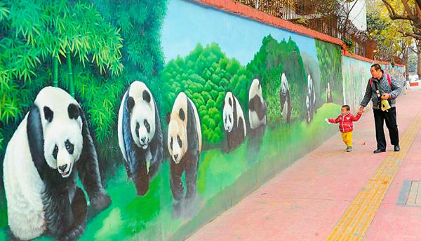 """彩绘大熊猫""""上墙"""" 成都老旧街道""""旧貌换新颜"""""""