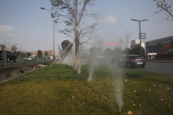 成都机场高速绿化带除霾降尘超细清水雾设备投入运行