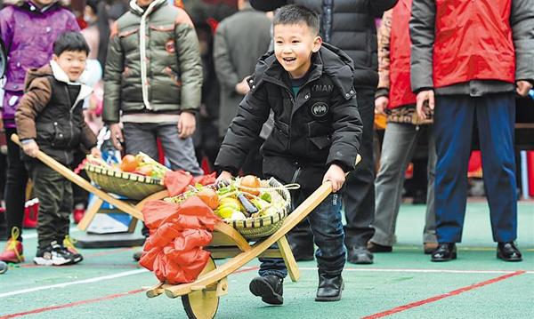 成都年味浓:小朋友推鸡公车体验传统民俗文化