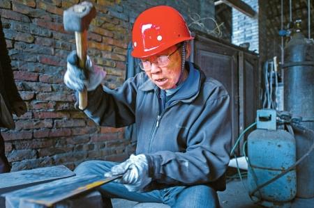 射洪青堤菜刀登上《舌尖3》0.6斤菜刀需70余道工序錘鍊