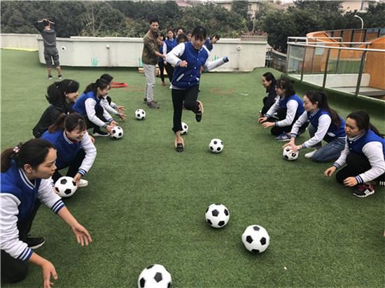 成都市第六幼儿园开展足球教研活动 提高幼儿游戏水准
