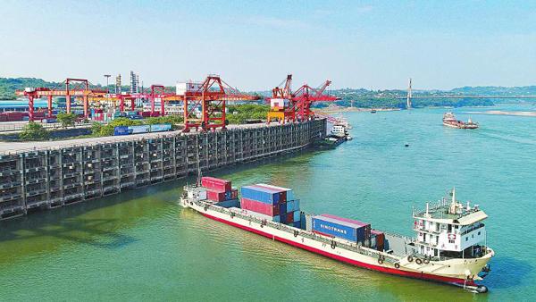 西部首班启运港退税货轮从泸州港发出