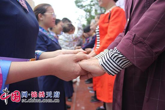 不一样的母亲节 成都这所学校的老师感动了学生