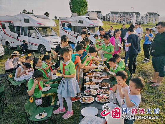 """开着房车去旅行 都江堰20余名学生带着""""友善关爱""""尽享户外森林时光"""