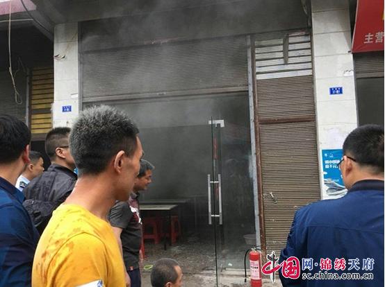 平昌县青云镇小学附近商铺失火学校老师紧急救援