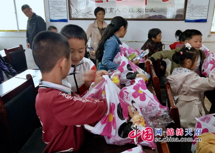 遂宁消防举办庆六一•关爱留守儿童消防主题宣传活动
