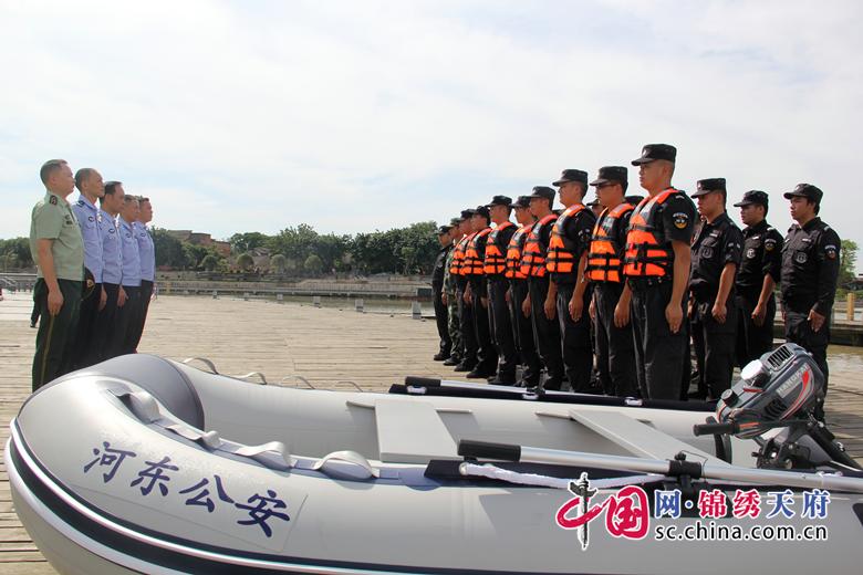 遂宁市公安局河东分局开启涉水执法工作模式,两艘冲锋舟已正式下水