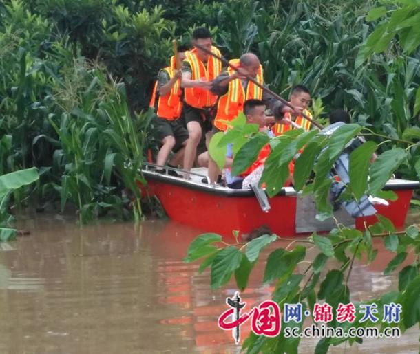 遂宁强降雨导致一农户被2米深水包围,3人被困