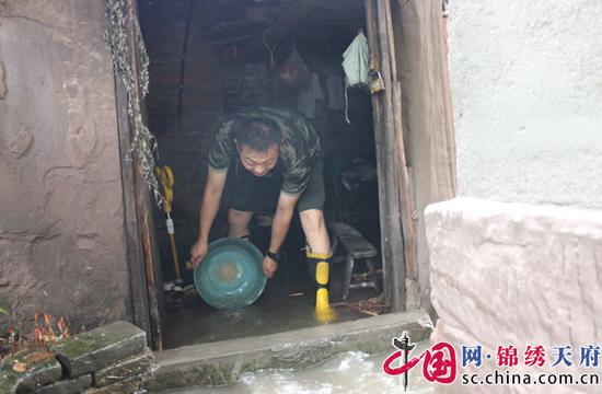 射洪县:暴雨突发而至 消防及时排水解民忧