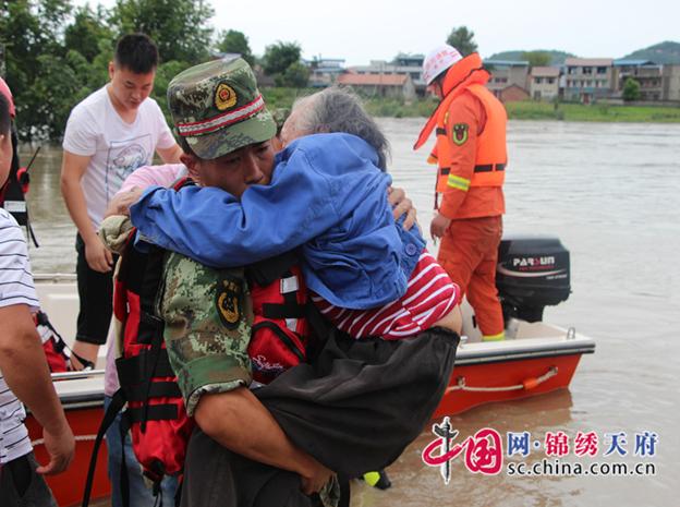 新桥镇小坝村村民被困,消防官兵10小时连续奋战营救108名被困人员