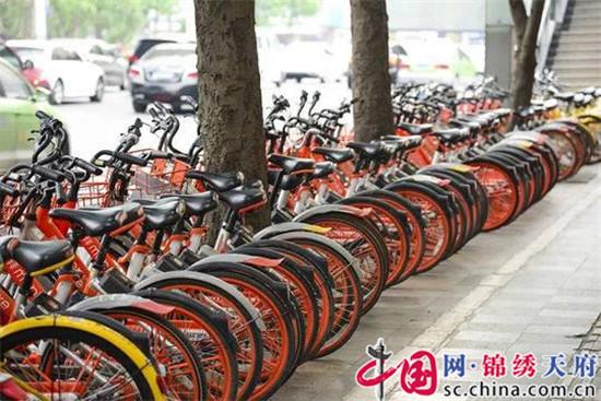 成都:清理占道停放的破损车 削减共享单车总量