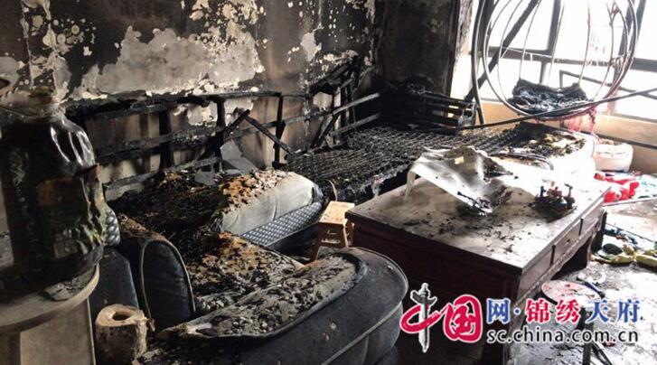 一女子轻生点燃家中物品,大英辅警救援吸入有毒气体昏迷