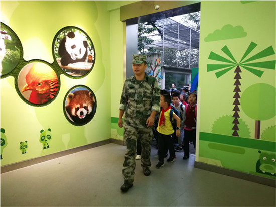 行知小学一至四年级学生参观动物园 与动物亲密接触