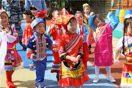 祖国妈妈的生日就要到了,孩子们准备了什么样的生日礼物呢?孩子们用灵巧的双手,制作出了特别的礼物——国旗、环保袋、扇子,来表达对祖国妈妈的热爱。 庆国庆活动就这样温暖的结束啦!有升旗、有列队、有唱歌、有表演、有制作。相信节日需要这样的仪式感,才会使大家的情感在具有仪式感的环境中表现的更加淋漓尽致。(孙林馨)