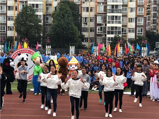 成飞中学两千余名学生齐聚操场 同台竞技