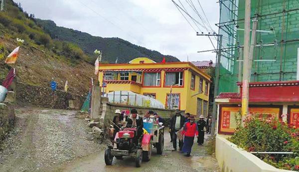 金沙江堰塞湖危险基本解除 村民回家自发清扫村庄道路
