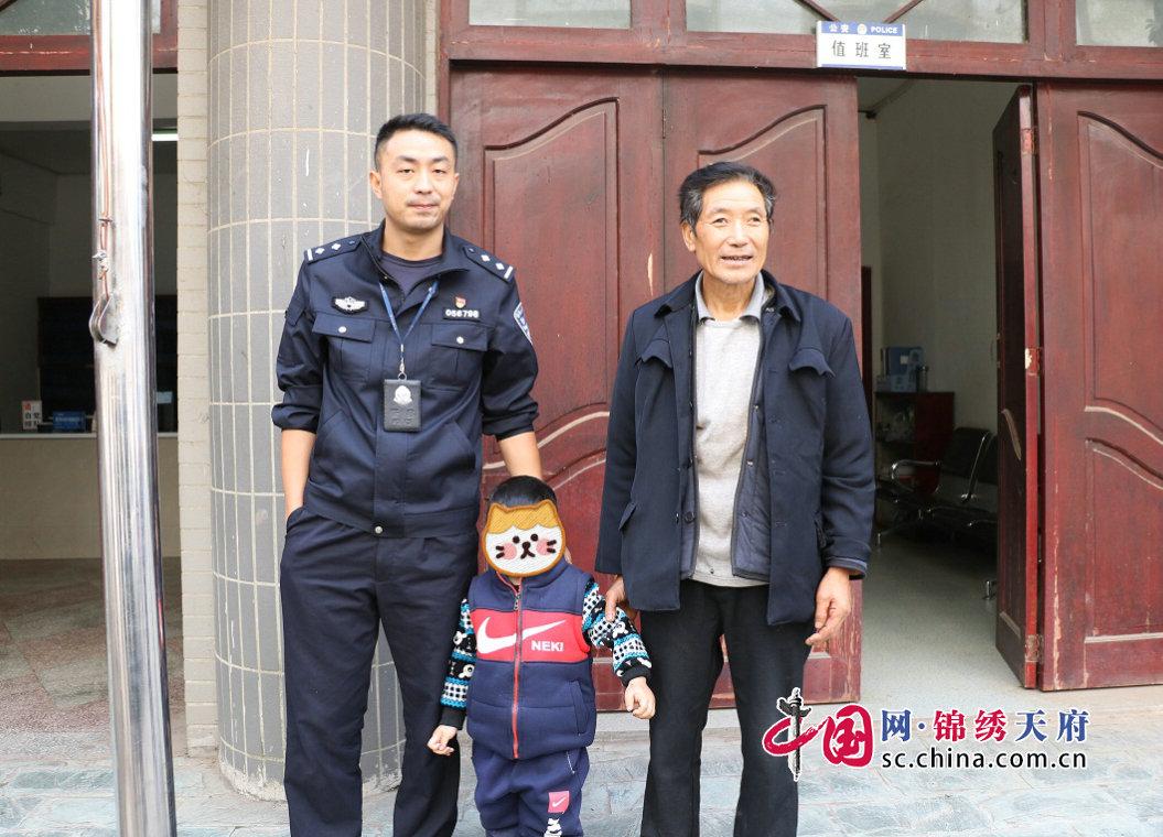 """通江诺水河派出所采集""""一标三实""""途中帮助三岁小孩找到回家的路"""