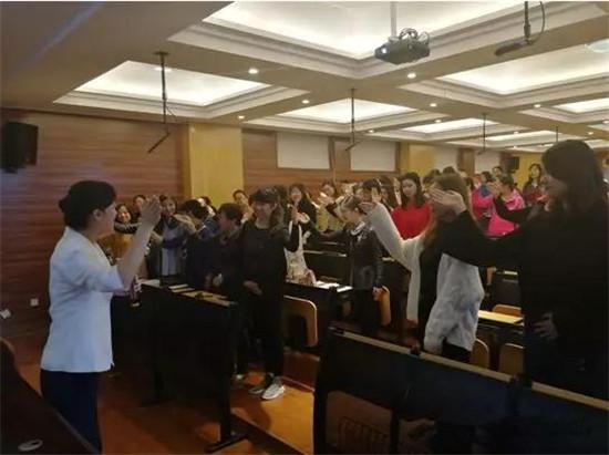 隆运 国际娱乐深入浅出地将教师工作和生活礼仪形象结合起来