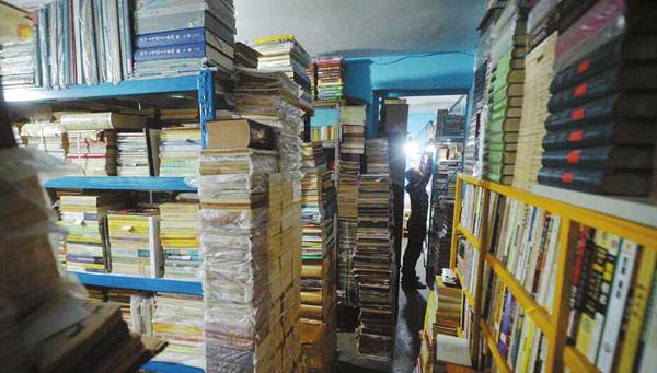 成都男子20年痴迷毛边书收藏 收来一个县级图书馆的藏书量