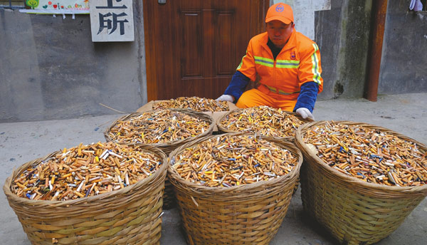 随意丢弃的烟头! 乐山一环卫所14天捡拾100斤烟头