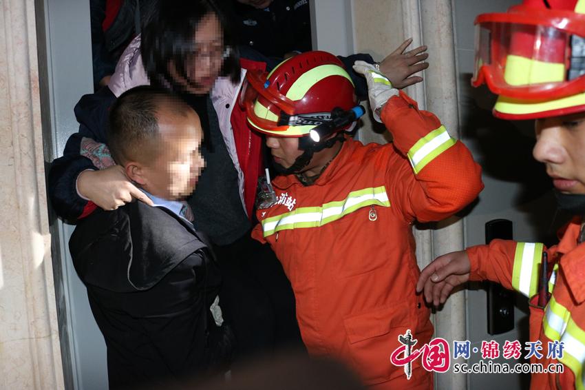 小区停电电梯内多人被困,消防紧急救援