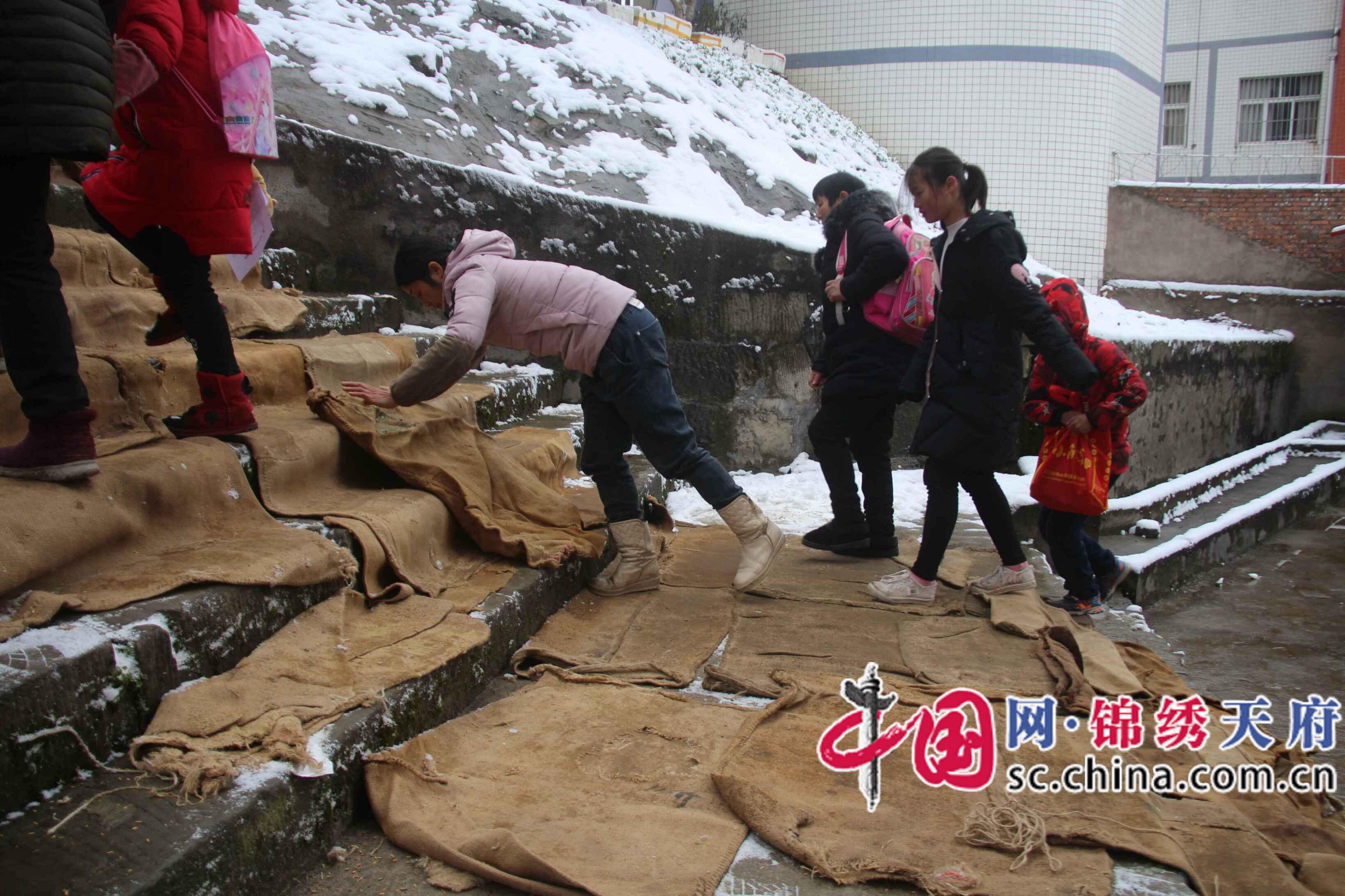 """四川通江县一粮油保管员用废旧麻袋为师生铺就""""爱心路"""""""