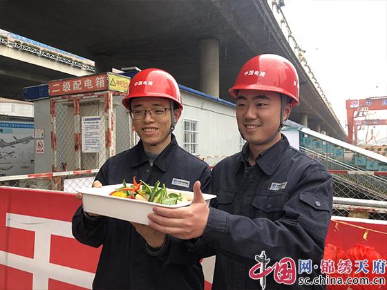 团年饭送到地铁工地 五星级大厨走进成都轨道建设一线送祝福