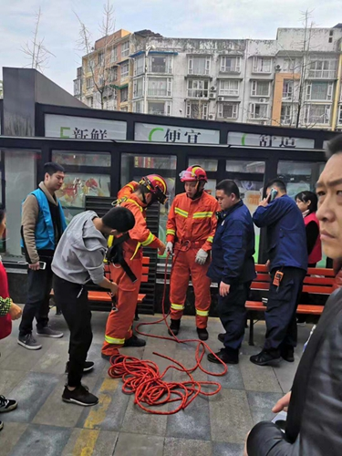 什邡女孩意外坠入6米深井 消防员将其托举救出