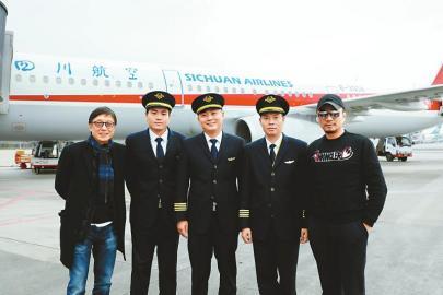 """《中国机长》杀青 9月30日上映 银幕再现""""川航英雄机组"""""""
