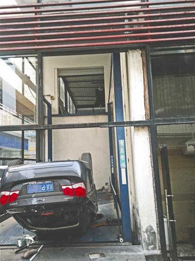 成都男子刚提车就从车店二楼坠落 连人带车摔个底朝天