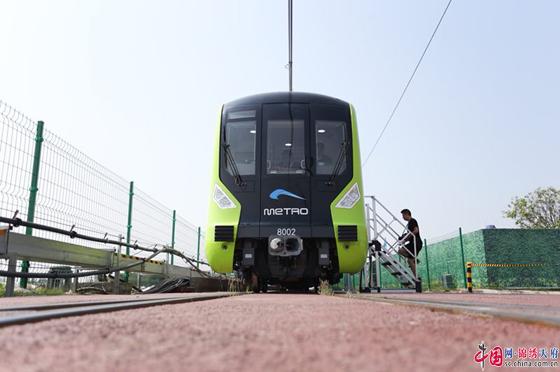 成都地铁8号线列车首亮相 自重控制技术达国内先进水平