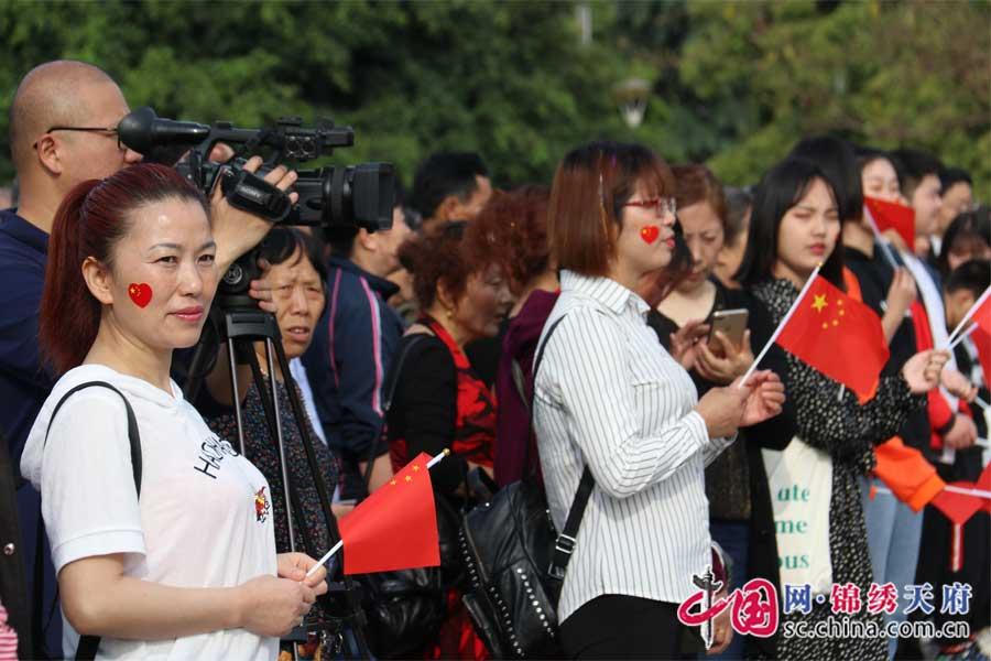 西充县千人'快闪':齐声歌颂祖国 礼赞幸福生活