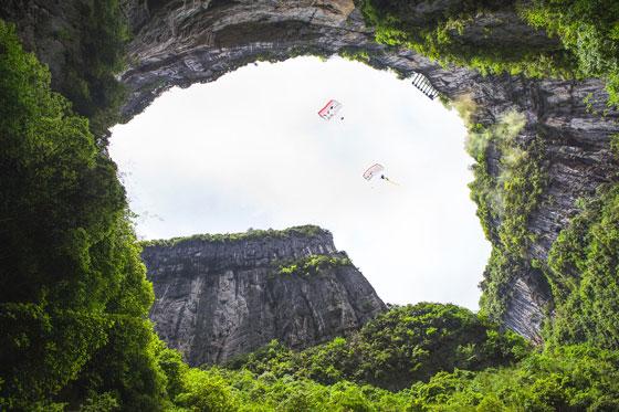 """刺激!2名""""女飞人""""重庆武隆挑战低空跳伞 成功穿越跨度仅30米拱"""