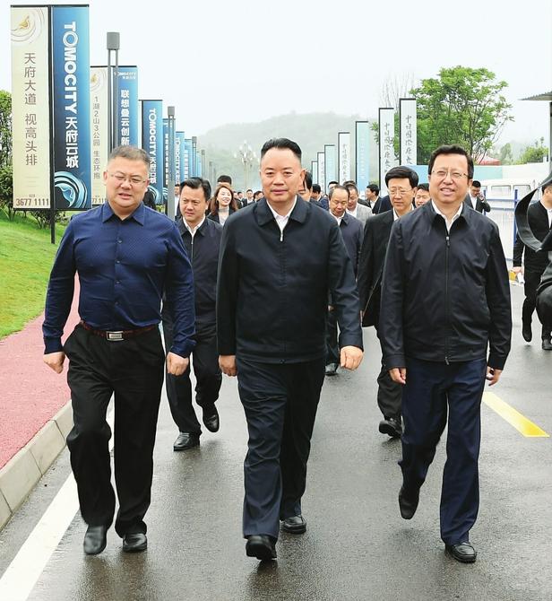 """代表团车队驶入高速洪雅出口,一幅""""要想身体好,常往洪雅跑""""的形象图片"""