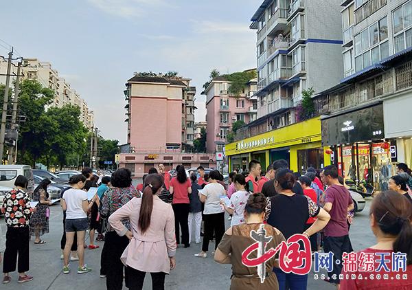 """簇锦街道百锦社区以""""快闪""""形式教安全"""