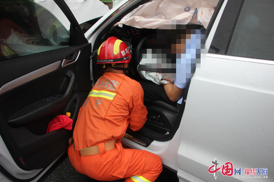 高速路上车辆追尾一人被困 ,大英消防紧急救援