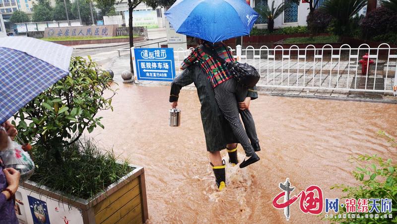 安居区暴雨致多处内涝,消防快速反应排水救援