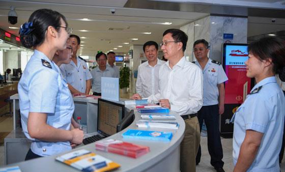 韩正在北京市调研企业减税降费情况并召开座谈会
