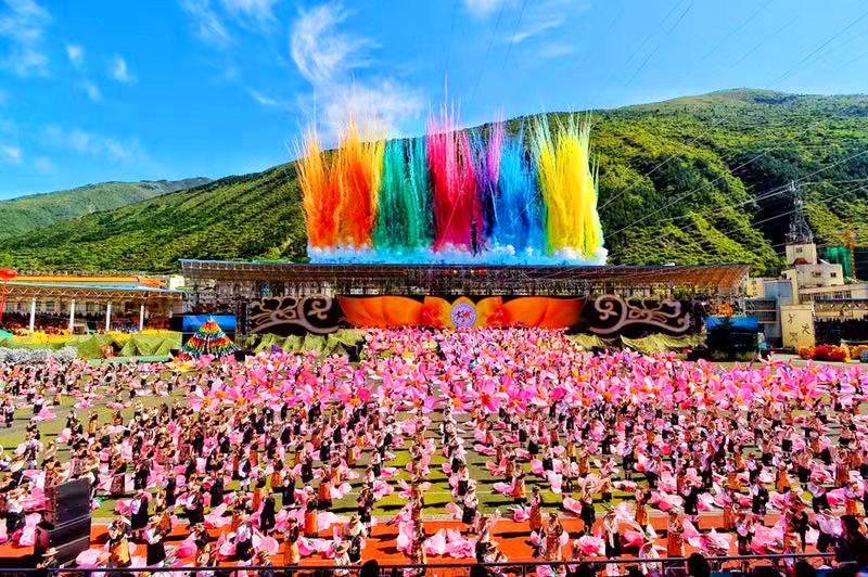 藏羌回汉共舞吉祥 游人齐聚一堂感受马尔康锅庄文化魅力
