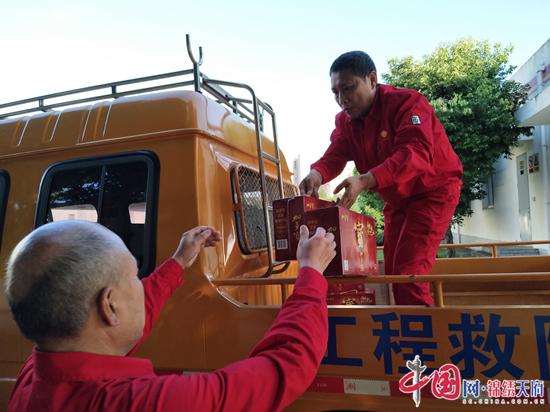 """川中油气矿水电管理中心:员工为""""送清凉""""到一线点赞"""