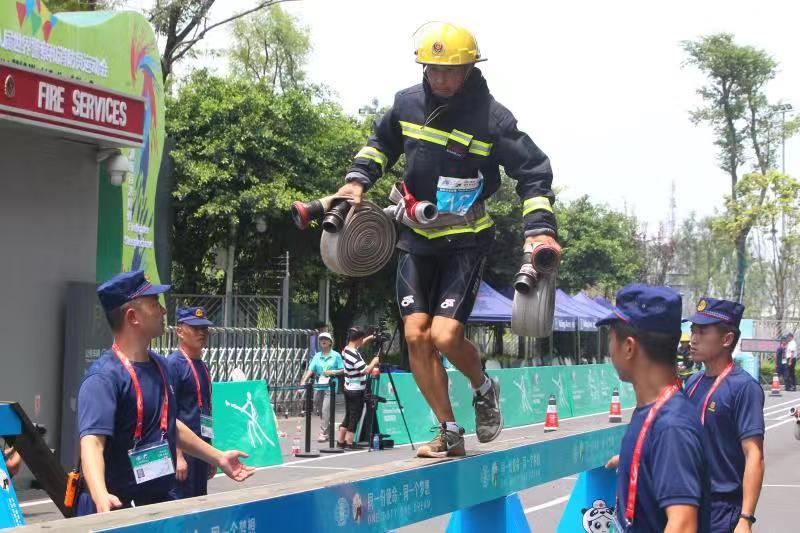 世警会新增项目消防百米障碍比赛在天府新区举行