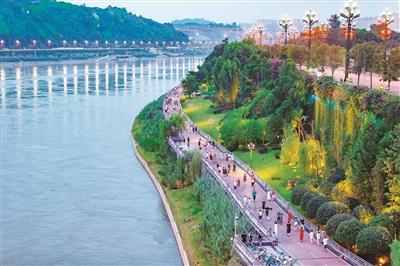 华灯初上 四川省宜宾市长江公园游人如织