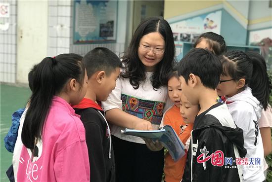 """成都三河小学教师李莉:""""每一个学生都是我的孩子"""""""