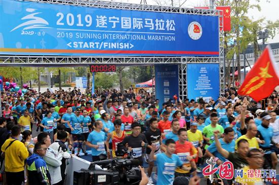 """首届遂宁国际马拉松鸣枪开跑!万名跑者用脚步感受""""最绿""""赛道"""